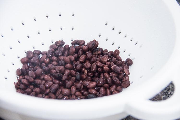 rinsing-black-beans