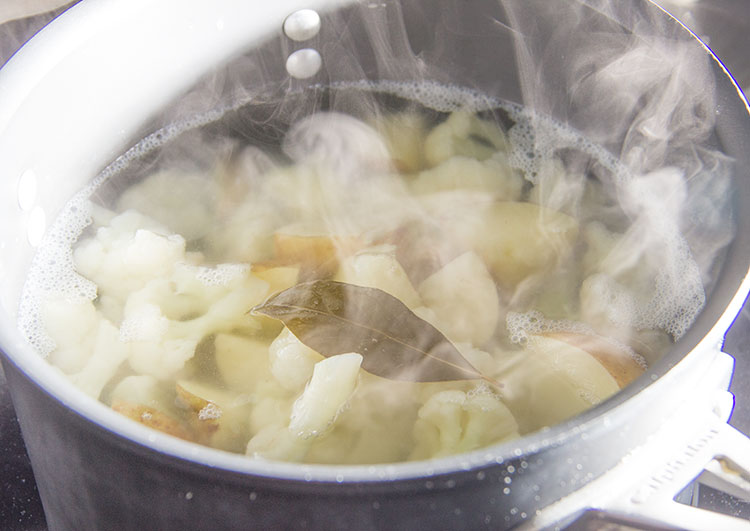 boiling-cauliflower-and-potatoes