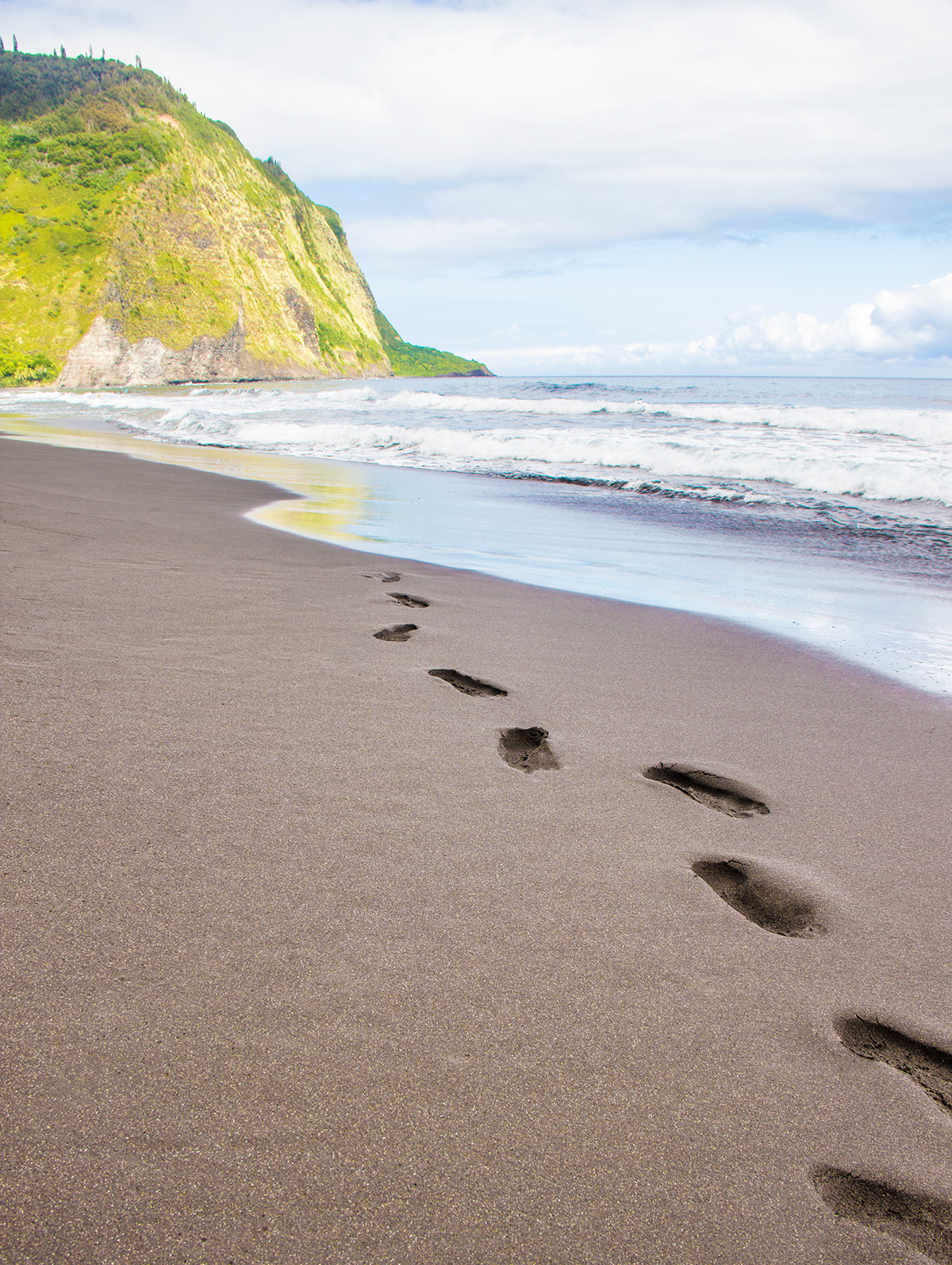 Black-Sand-Beaches-of-Waipio-Valley
