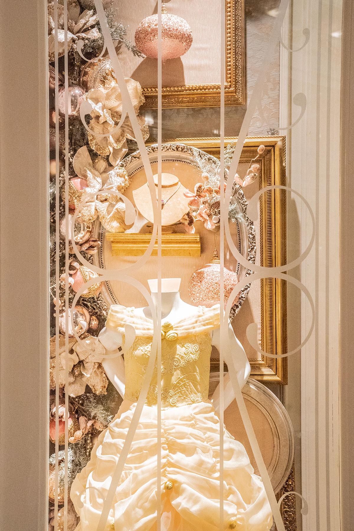 Grand-Floridian-Christmas-Holiday-Window-display