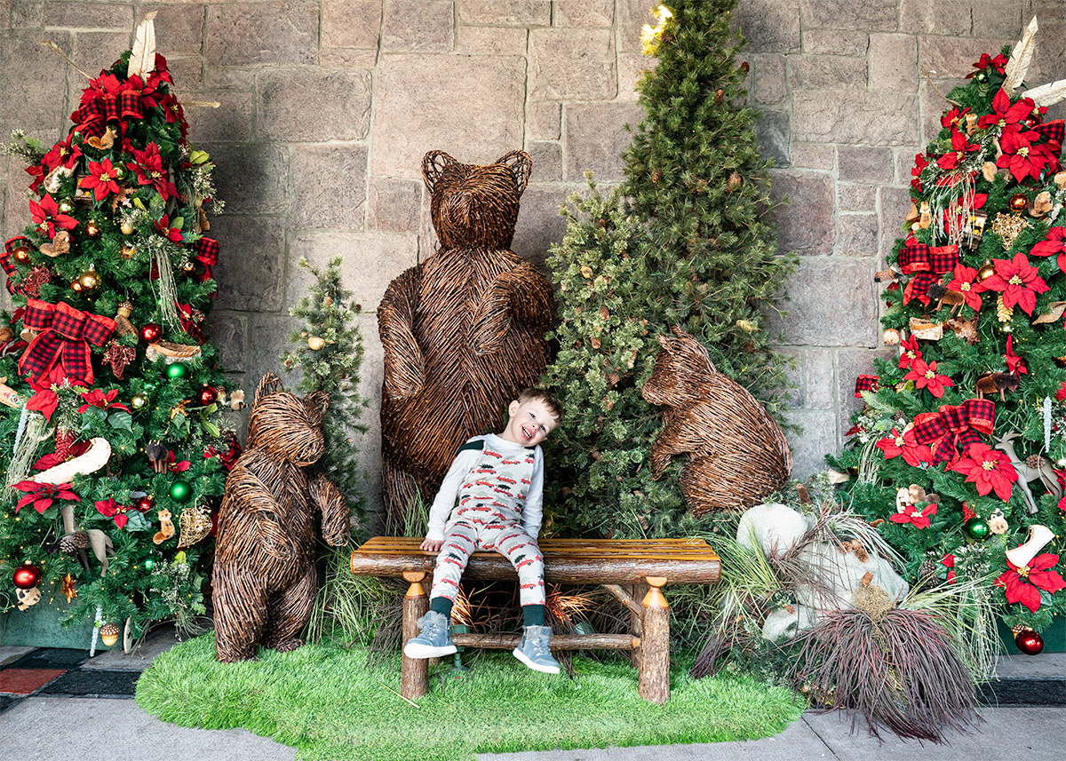 Christmas-Outdoor-Display-Disneys-Wilderness-Lodge
