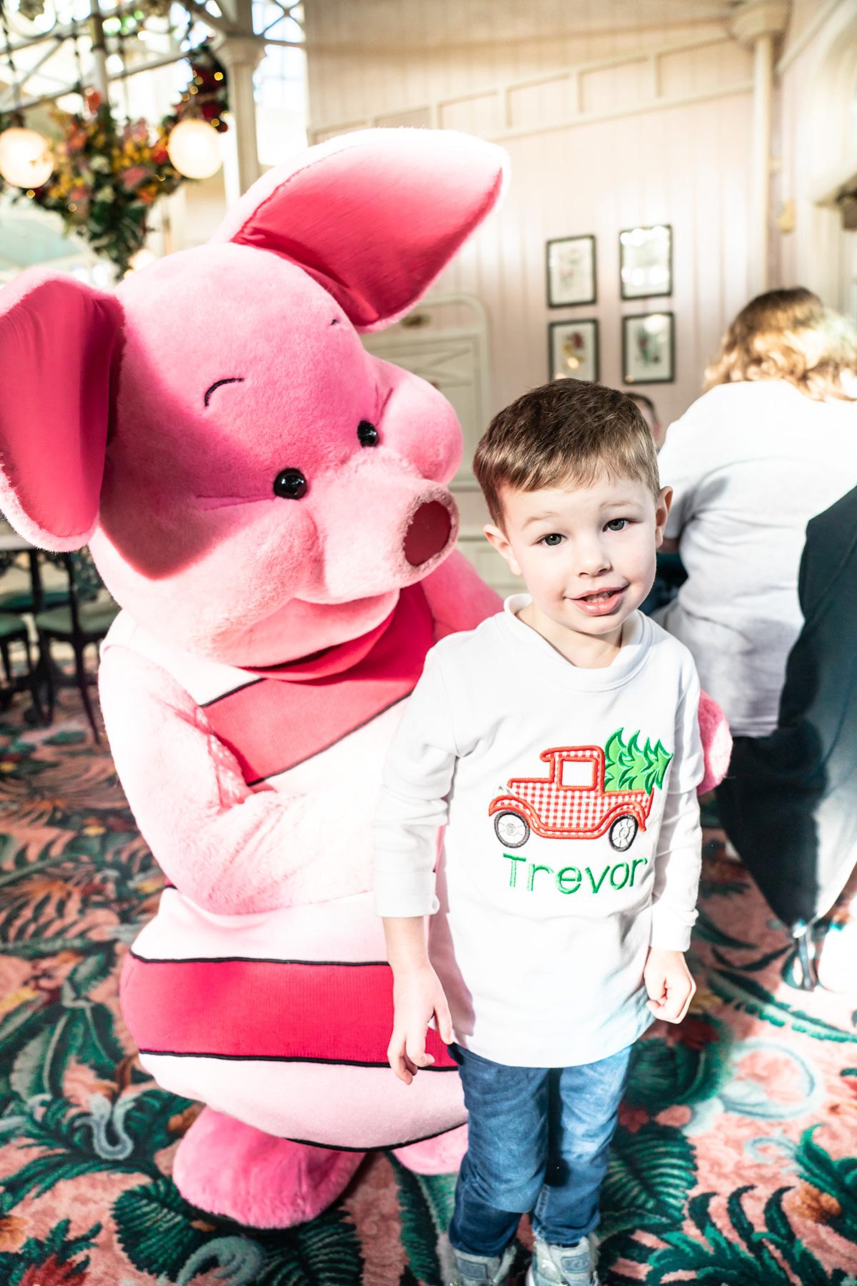 Piglet-at-Winnie-The-Pooh-Character-Breakfast-Magic-kingdom