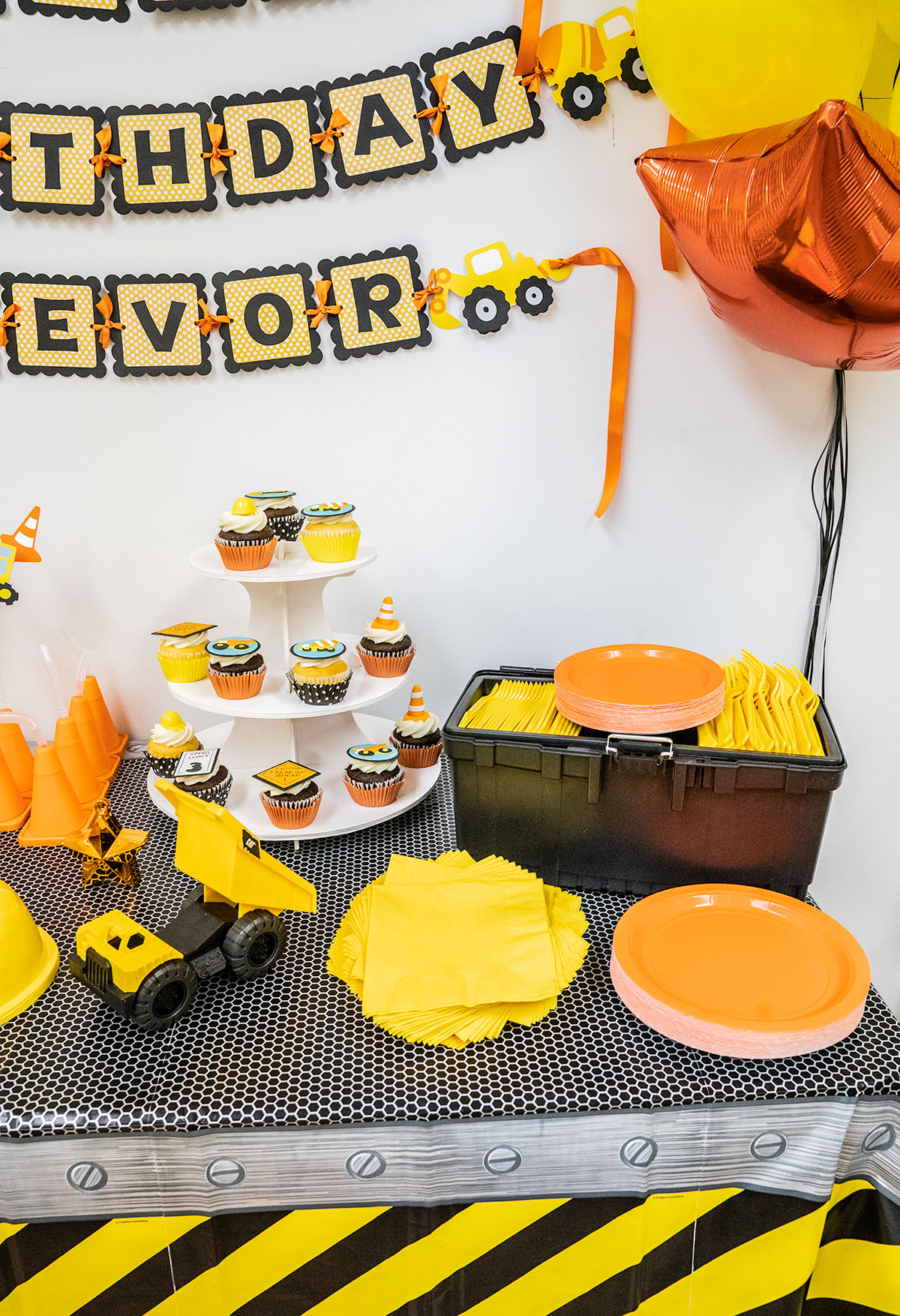 Decorating-for-Construction-Birthday-Party